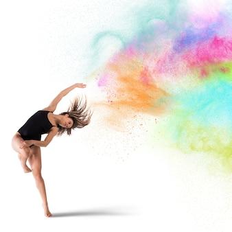 Dançarina de mulher ágil dança com pigmentos coloridos