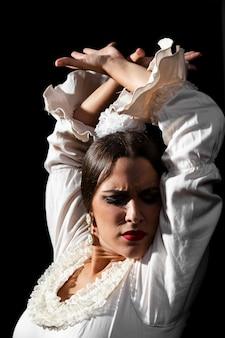 Dançarina de mulher de flamenco de close-up