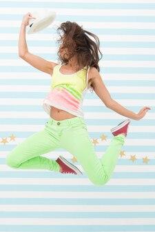 Dançarina de mulher de hip-hop. garota maluca com roupas esportivas coloridas. mulher sexy feliz e elegante. modelo de moda glamour. moda e beleza. garota hippie. extremamente feliz. menina saltitante.