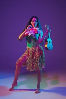 Dançarina fabulosa do cinco de mayo na parede roxa do estúdio com luz de néon