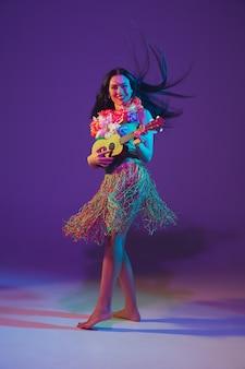 Dançarina fabulosa do cinco de mayo no fundo roxo do estúdio em luz de néon