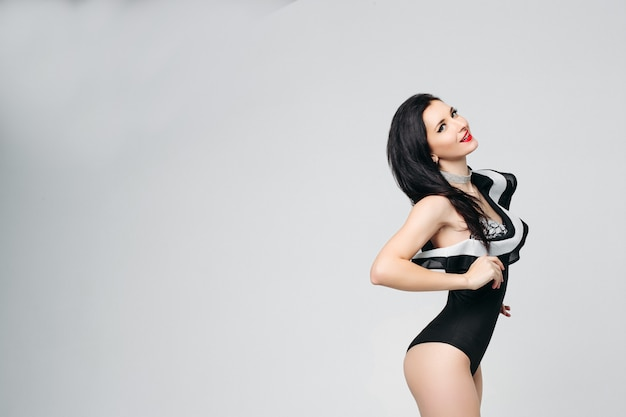 Dançarina linda sexy na moda preto e branco dançando corpo posando