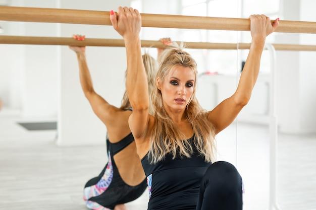 Dançarina mulher fazendo alongamento no ginásio