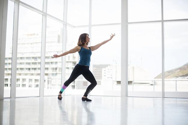 Dançarina praticando dança contemporânea