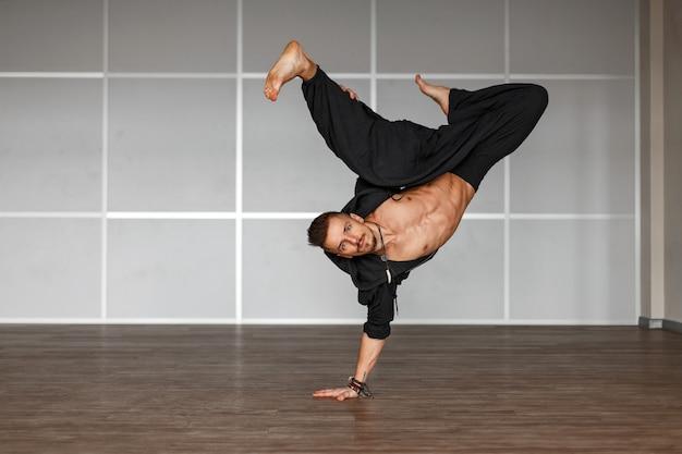 Dançarina profissional dançando homem no chão homem de pé na mão