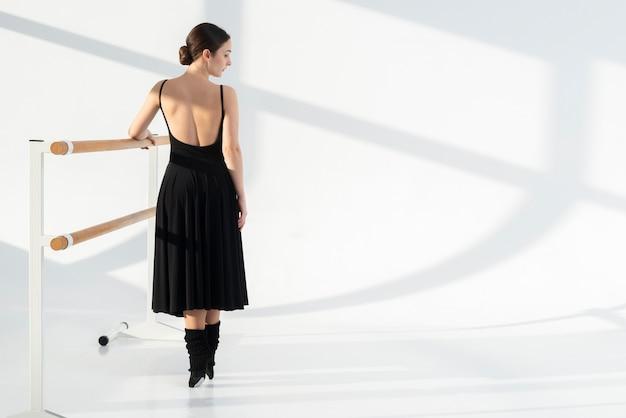Dançarina profissional de vista traseira com espaço de cópia