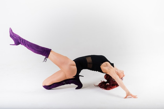 Dançarina ruiva sexy mostrando seu corpo.