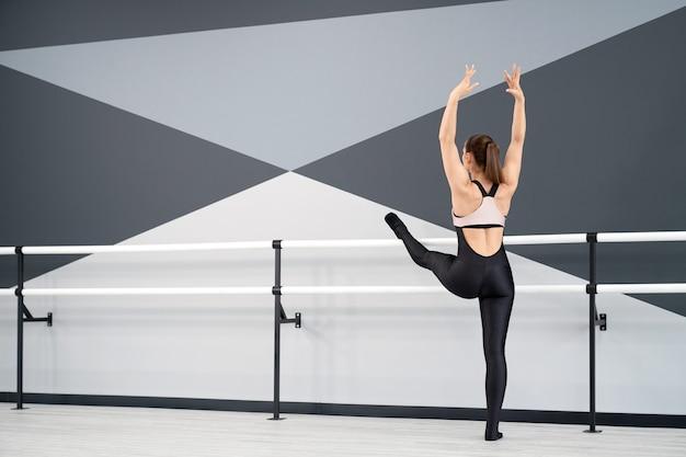 Dançarina se alongando em estúdio de balé