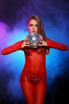 Dançarina sexy em vermelho