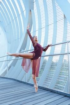 Dançarina urbana mulher realizando uma pose moderna de balé