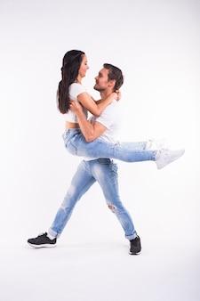 Dançarinas de salsa, kizomba e bachata. conceito de dança social.