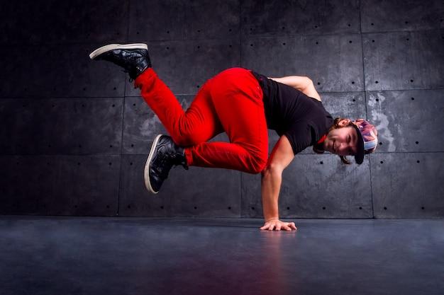 Dançarino de break dança vestindo em elegantes calças vermelhas modernas