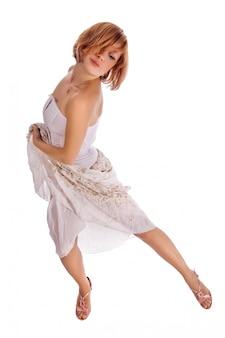 Dançarino de cabelos vermelhos em branco