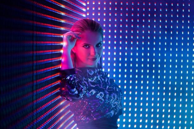 Dançarino de discoteca na luz de neon em boate