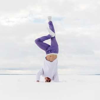 Dançarino de hip-hop masculino posando em pé na cabeça