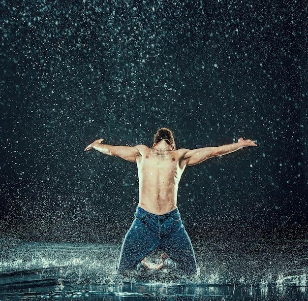 Dançarino de pausa na água