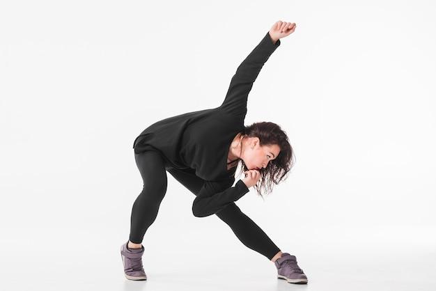 Dançarino feminino posando contra o pano de fundo branco