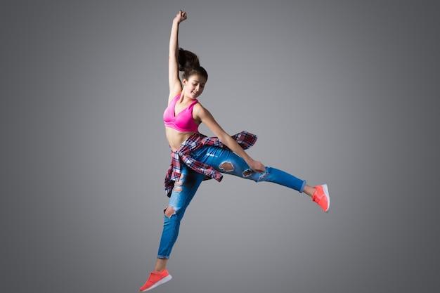 Dançarino moderno saltando