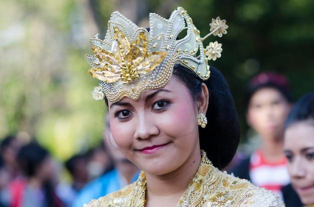 Dançarino não identificado de balinesa em variedade de vestidos coloridos no desfile no bali art festival em 18 de junho de 2014 em denpasar, indonésia