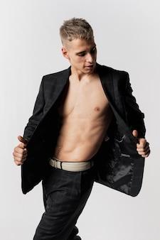 Dançarino no terno posando com blazer aberto