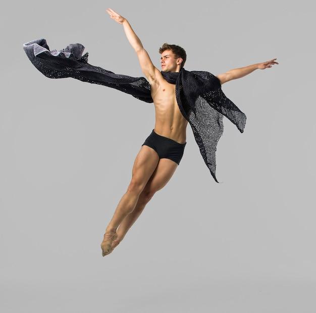 Dançarino pulando em um estúdio atirando