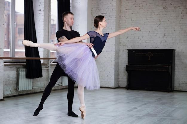 Dançarinos de balé em posição de dança