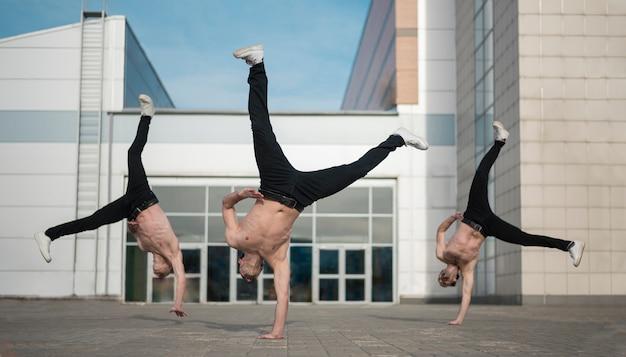 Dançarinos de hip hop sem camisa