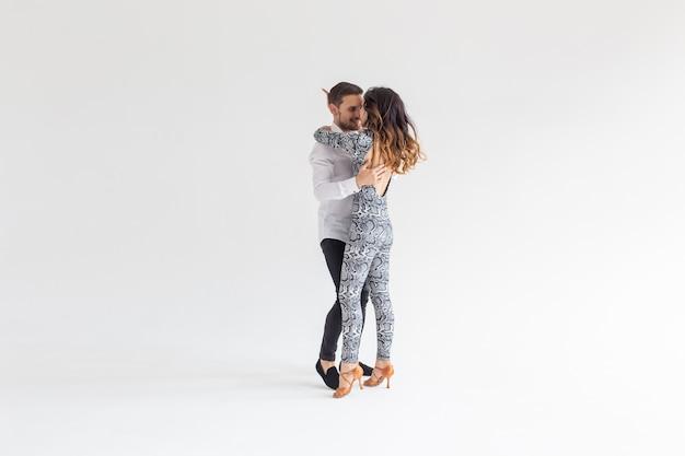 Dançarinos de salsa, kizomba e bachata em fundo branco com espaço de cópia. conceito de dança social