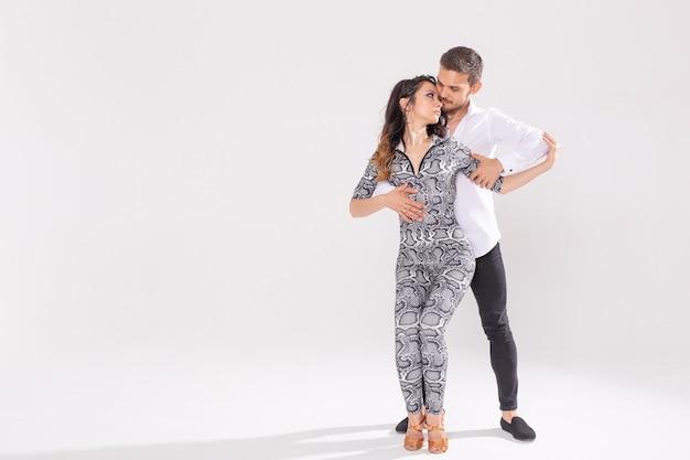 Dançarinos de salsa, kizomba, tango e bachata em fundo branco com espaço de cópia. conceito de dança social