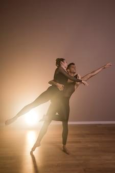 Dançarinos de vista frontal realizando