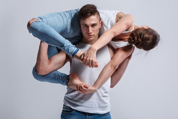 Dançarinos fazendo diferentes elementos de dança