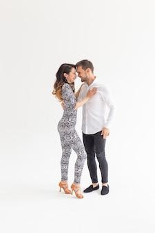 Dançarinos habilidosos realizando em um fundo branco com espaço de cópia. casal sensual em dança contemporânea artística e emocional