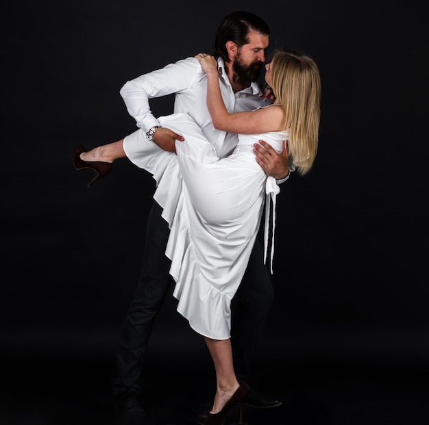 Dançarinos no salão de baile. casal romântico dançando tango.
