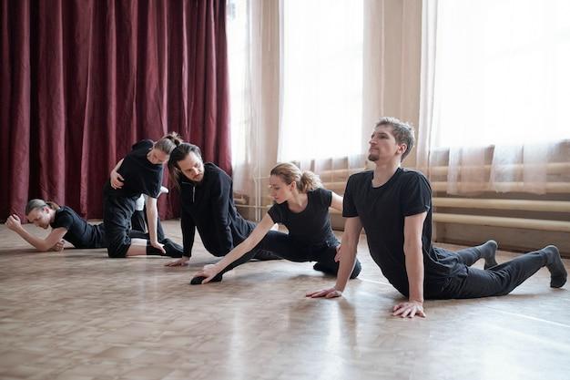 Dançarinos profissionais fazendo exercícios de alongamento