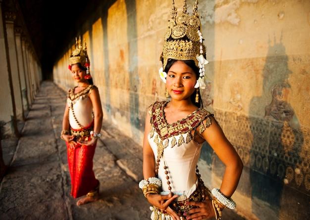 Dançarinos tradicionais do aspara, siem reap, camboja.