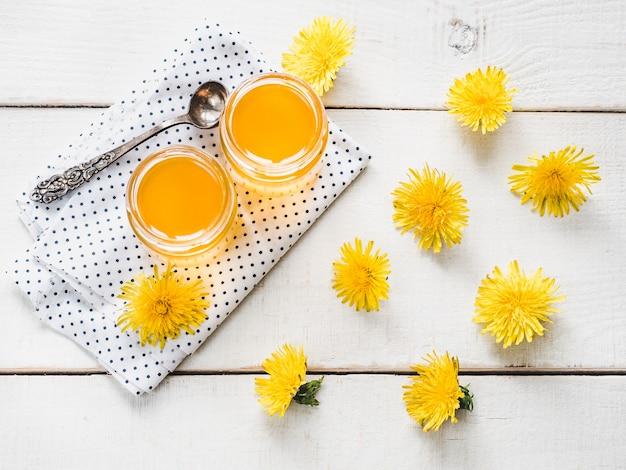 Dandelions amarelos, brilhantes e mel de flores