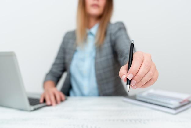 Dando novas contratações introdução à empresa, explicando políticas comerciais, ideias para apresentações de computadores, trabalho em escritório remoto, conexões online conectividade global