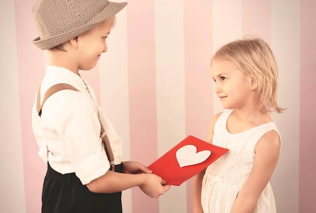 Dando o cartão cheio de amor