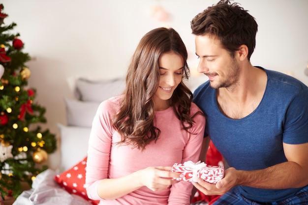 Dando os presentes de natal com amor