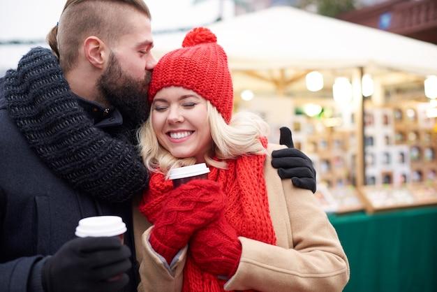Dando um beijo e tomando café quente