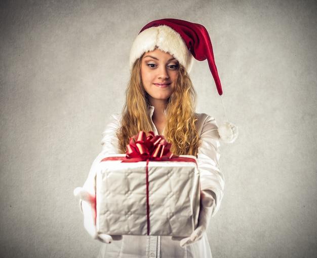 Dando um presente no natal