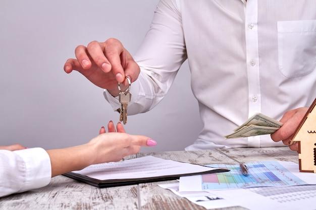 Dando uma chave de um imóvel após o pagamento bem-sucedido