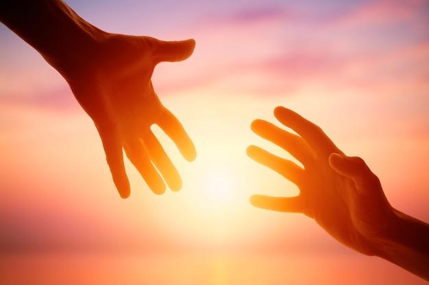 Dando uma mão amiga na superfície do amanhecer. vida social