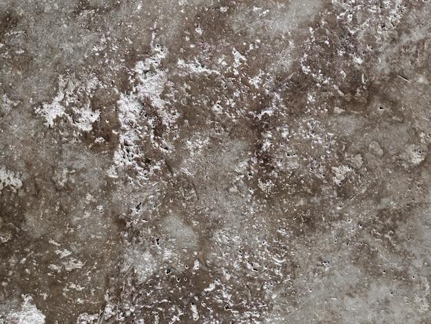 Danificar o velho muro de concreto texturizado
