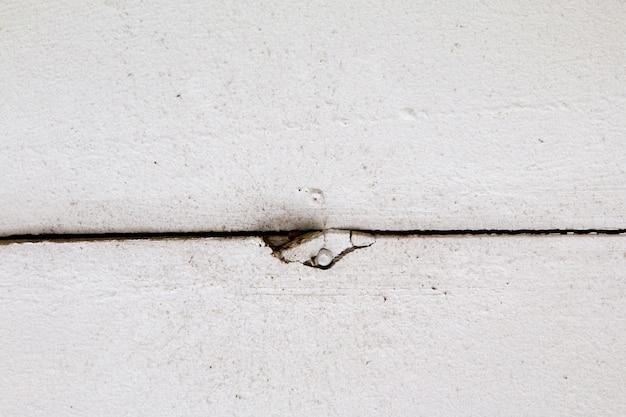 Danos causados por vazamento de água em uma tampa de teto