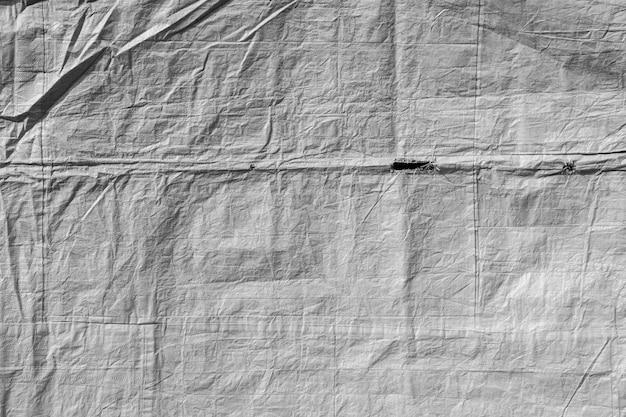 Danos e buracos em lona plástica branca