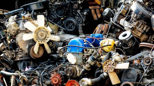 Danos e máquina de carro velho enferrujado