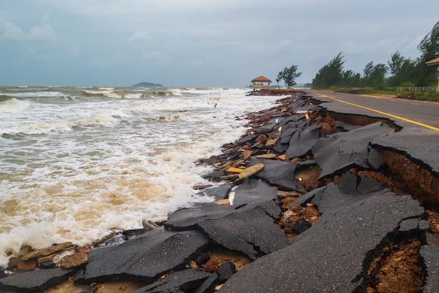 Danos na estrada causados por ondas do mar corroem