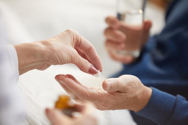 Dar comprimidos ao homem idoso