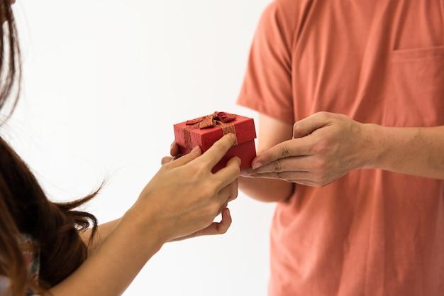 Dar presente de dia dos namorados para namorada